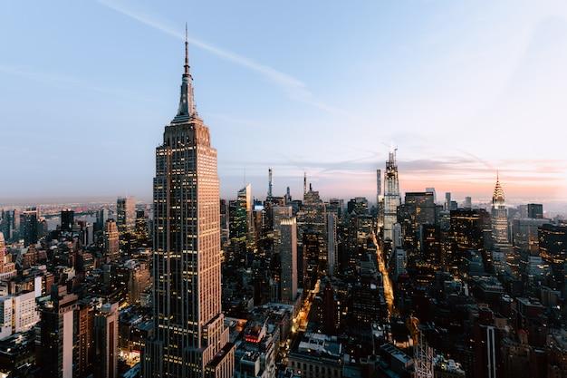 Прекрасный вид на эмпайр стейтс и небоскребы в нью-йорке