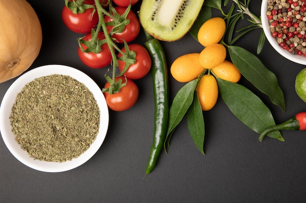 灰色のテーブルでさまざまな果物と野菜