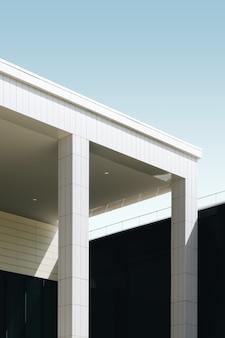 青い空の下の白いタイル張りの建物