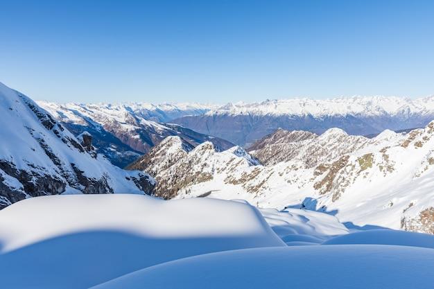 冬の雪に覆われた山