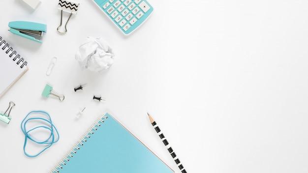 さまざまな文房具の白い机の上から見る