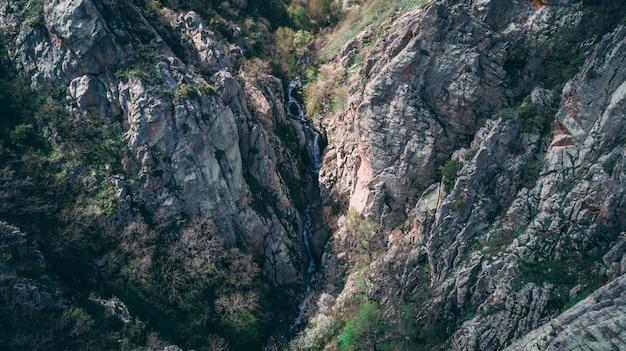 Скалистые горы и холмы, снятые сверху