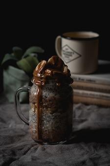 チアシードとおいしいチョコレートとバナナの飲み物の垂直ハイアングルショット