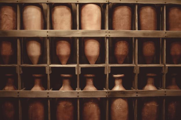 ビンテージセラミック花瓶で満たされた木製の棚