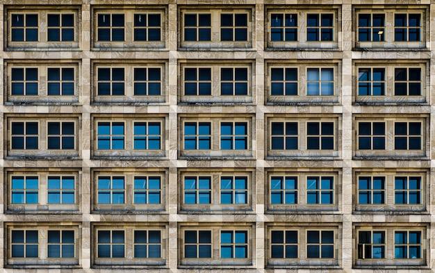 大都市の生活を静かに目撃するガラス窓のあるモダンな建物