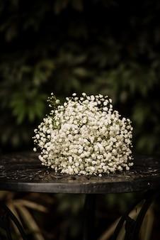 Съемка крупного плана красивого белого флористического букета для украшения свадьбы