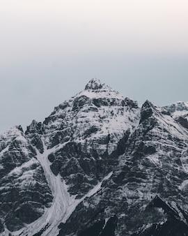 美しい雪に覆われた山頂