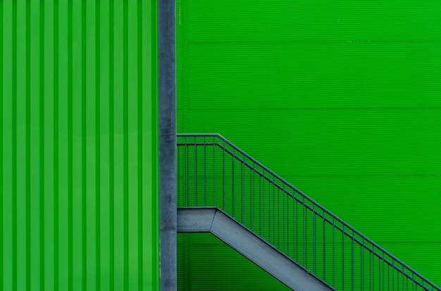 金属製の階段と緑の壁