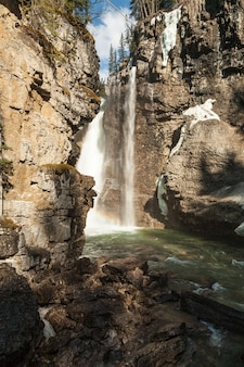 カナダのジョンストンキャニオンの滝