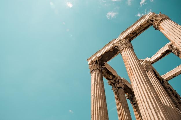 Низкий угол выстрела из колонн пантеона акрополя в афинах, греция под небом