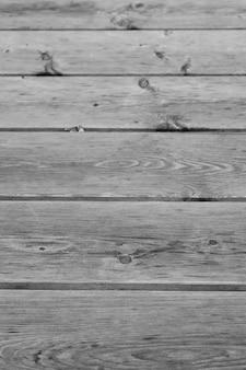 水平に配置された板で木製の地面を垂直