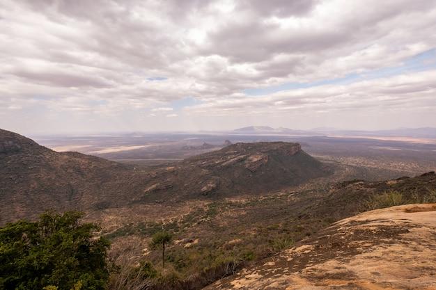 ケニア、ナイロビ、サンブルで撮影された曇り空の下の美しい丘のハイアングルショット