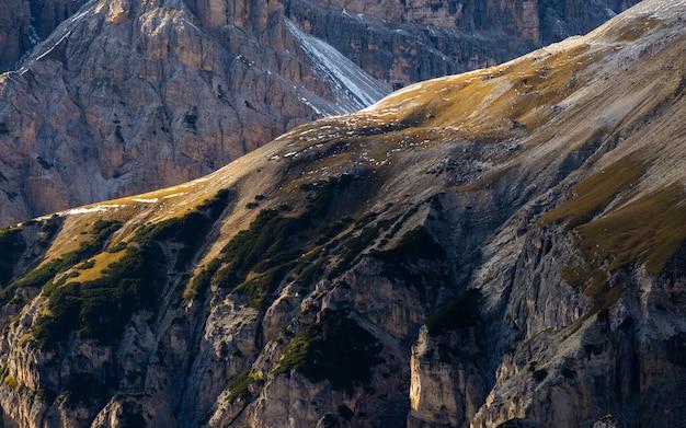 イタリアアルプスの風景の高角度の息をのむようなショット