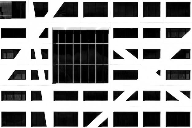 芸術的な作品のように見える、抽象的な建築のひねりを加えたモダンな建物