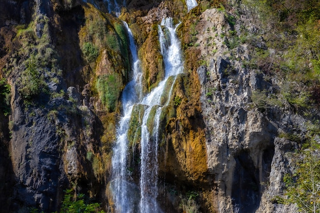 プリトヴィチェ、クロアチアの岩の大きな滝の息をのむようなショット
