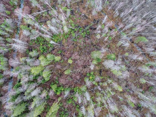 天候の変化により部分的に乾燥したフィールドのハイアングルショット