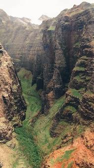 ハワイ、カウアイで撮影された息をのむような山の崖の垂直ショット