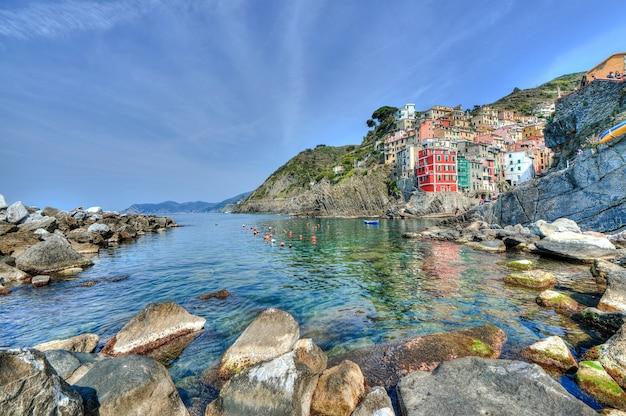 Красивый снимок прибрежной зоны чинкве-терре, на северо-западе италии