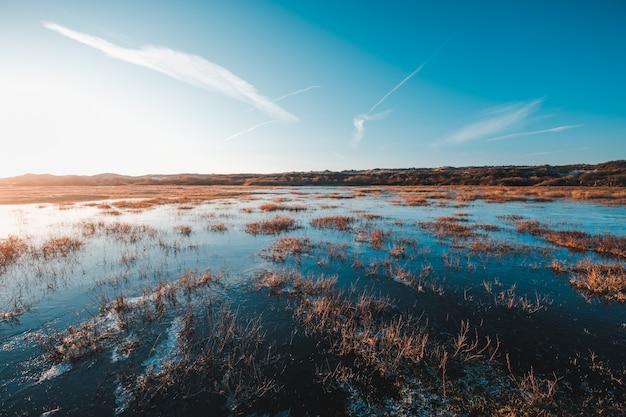 Прекрасный вид на пруд, окруженный скалистыми утесами, захваченными в осткапелле, нехтерлендс