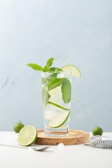 Стакан пресной воды с лимоном