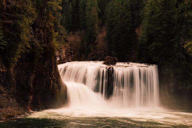 Красивый водопад в лесу