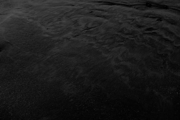 黒い濡れた砂のクローズアップショット