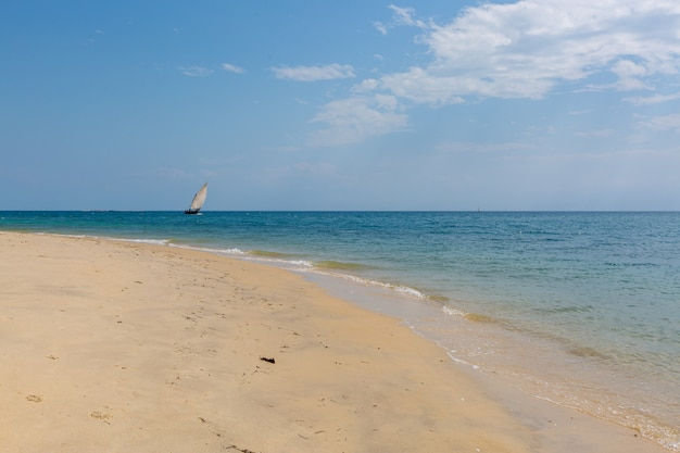 ザンジバル、アフリカでキャプチャされた砂浜のビーチで穏やかな海でセーリングボート