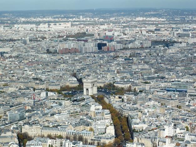 モダンな高層ビルと並外れた古代建築のあるパリの空中ショット