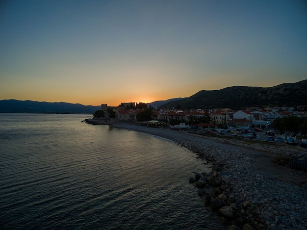 Захватывающий снимок солнца, поднимающегося над пляжем в самосе, греция