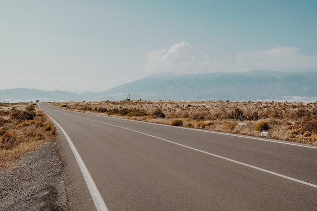 素晴らしい山々のある道の美しい景色
