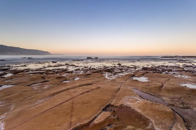 夕方には海の水の体の近くの土地の美しいハイアングルショット