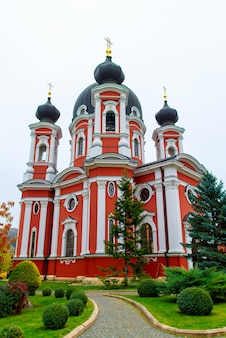 モルドバの有名なクルチ修道院の垂直ローアングルショット