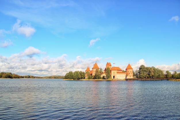 美しい曇り空の下で湖の近くのリトアニアの歴史的なトラカイ城