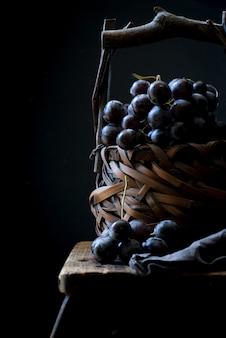 かごの中のブドウの果実の垂直のクローズアップショット