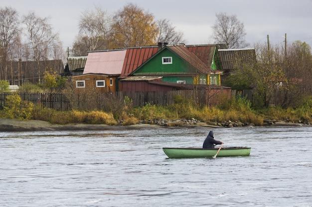 Красивый снимок человека, плывущего на лодке
