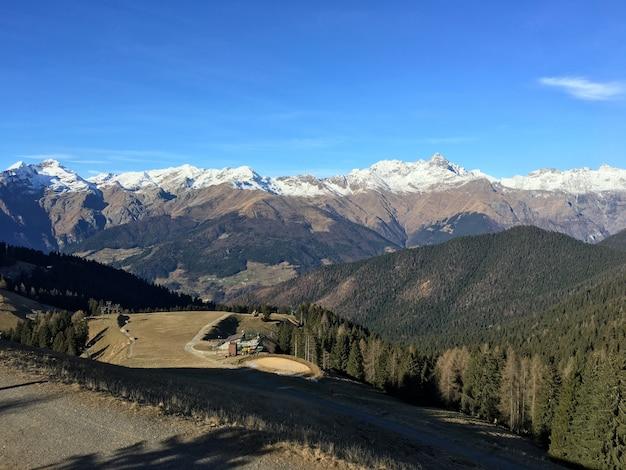 澄んだ空の下で山岳風景の美しいハイアングルショット