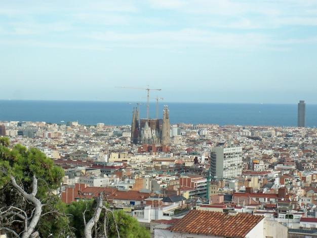 バルセロナ、カタルーニャ、スペインの歴史的なグエル公園の美しいハイアングルショット