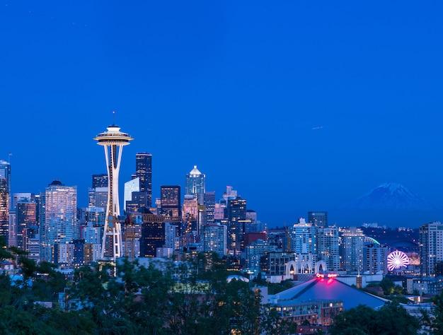 夕暮れ時にカラフルな照明付きの建物で、米国シアトルの街の美しい景色