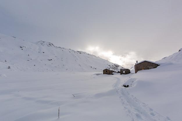 フランスアルプスのサントフォワの美しい白い雪に覆われた息をのむような山岳風景