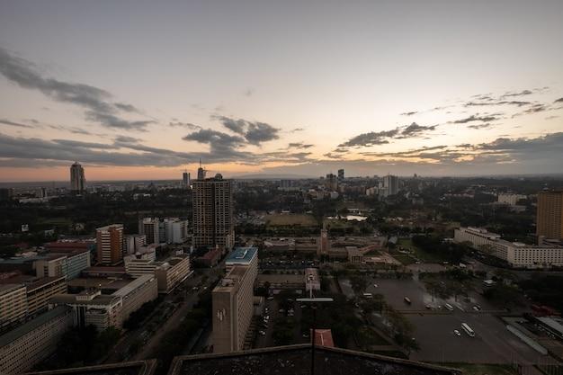 ケニア、ナイロビ、サンブルで撮影された曇り空の下の建物のハイアングルショット