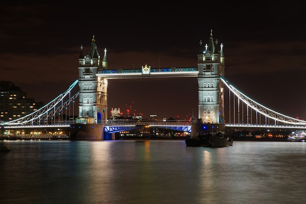 夜のライトで照らされたロンドンの有名なタワーブリッジ