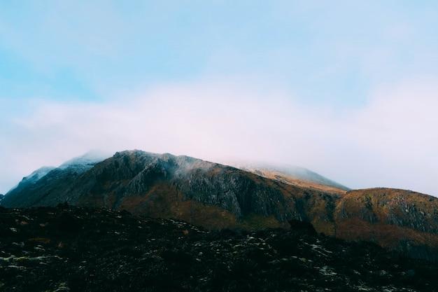 山を覆う霧の美しい風景-壁紙に最適