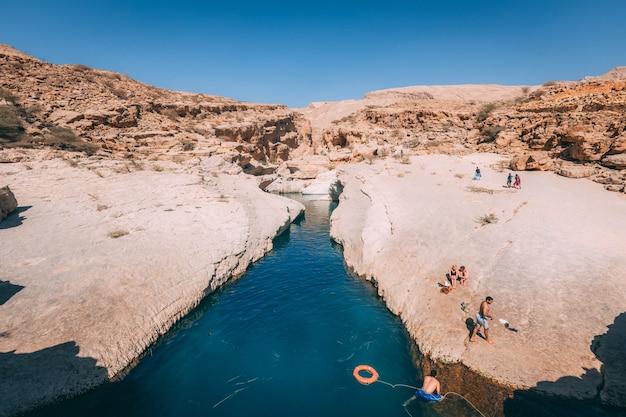 青空の下で山を流れる川の美しい景色