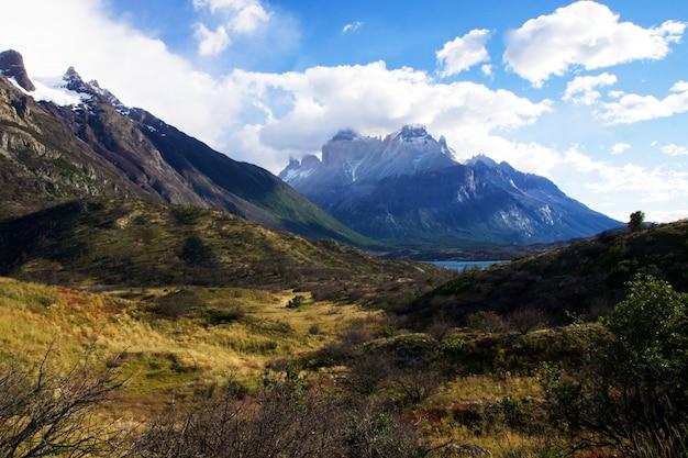 チリのトレスデルパイネ国立公園の澄んだ空の下の山