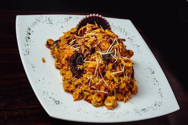 Жареный рис с жареными щупальцами осьминога