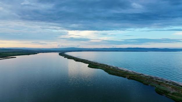 真ん中に細い海岸線が美しい海の空撮