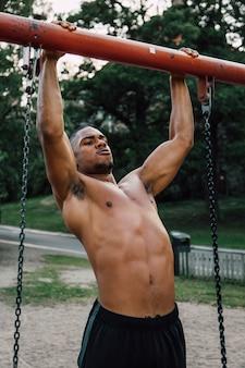 公園でプルアップをしているたてがみ