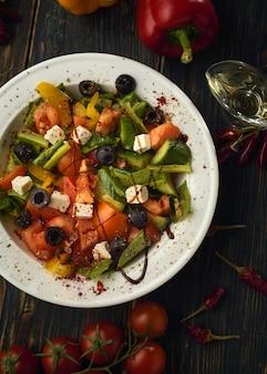 Овощной салат на деревянном столе