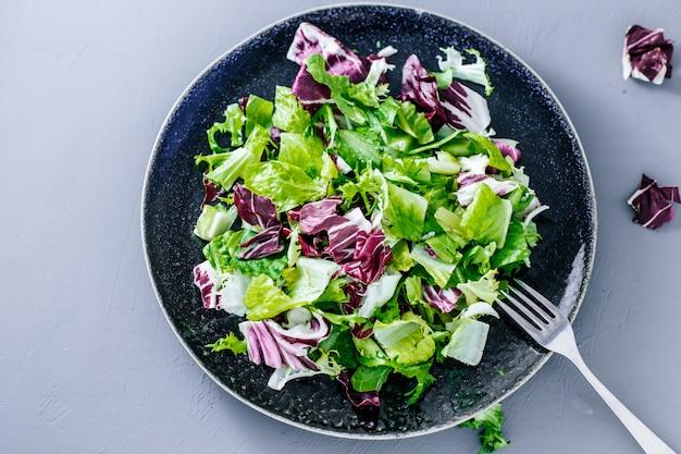 Смешайте полезный салат ромейн, мангольд, шпинат.летуц