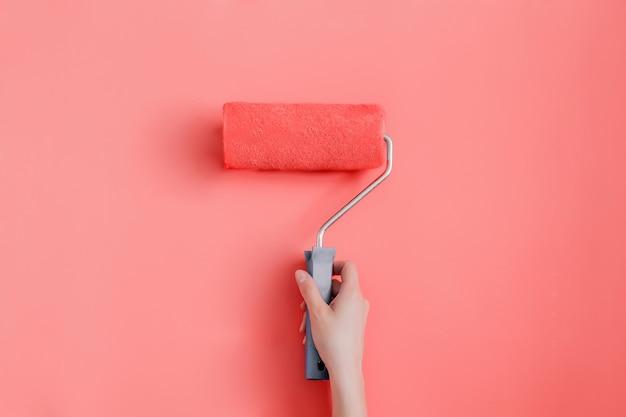 壁をトレンディな生きているサンゴ色で塗り替える
